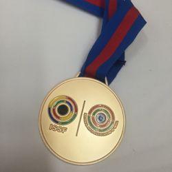 秋山さんのメダル.jpg